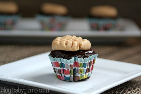 pbcupcake mini2 Chocolate Cupcakes with Peanut Butter Cookie Frosting