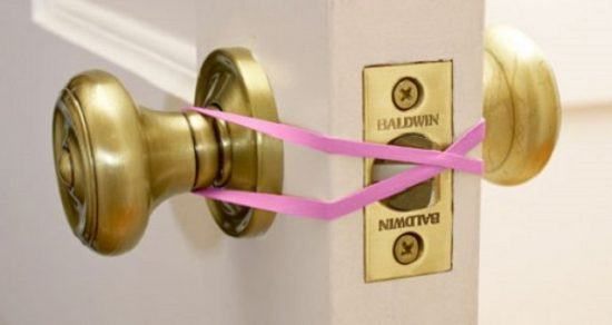 loop-a-rubber-band-to-stop-door-locking