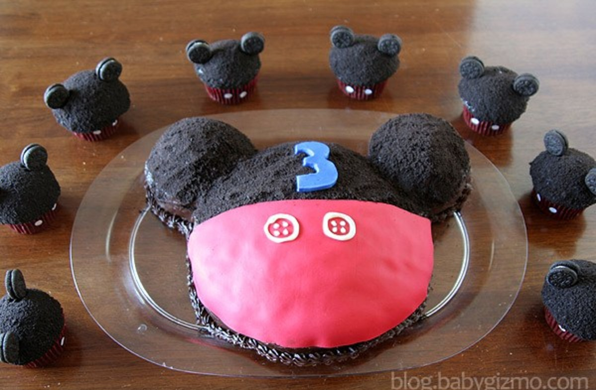 Mickey mouse cake with little mini mickey cupcakes around it